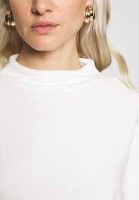 Esprit Collection - SHOULDER TEE - Sweter - white - 5