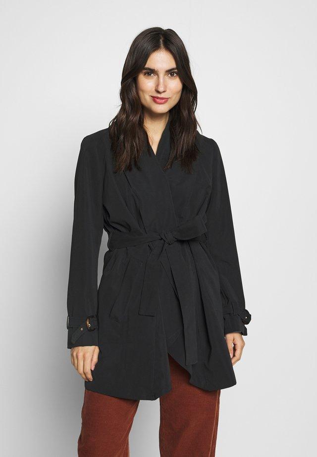 FEMININE COAT - Krótki płaszcz - black