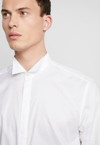 Esprit Collection - SMOKING SLIM FIT - Camisa elegante - white - 3