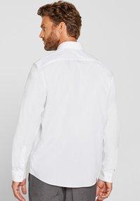 Esprit Collection - MIT MECHANISCHEM STRETCH - Zakelijk overhemd - white - 2