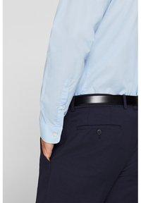 Esprit Collection - MIT MECHANISCHEM STRETCH - Zakelijk overhemd - light blue - 4