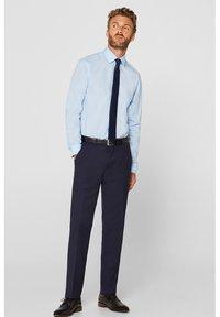 Esprit Collection - MIT MECHANISCHEM STRETCH - Zakelijk overhemd - light blue - 1