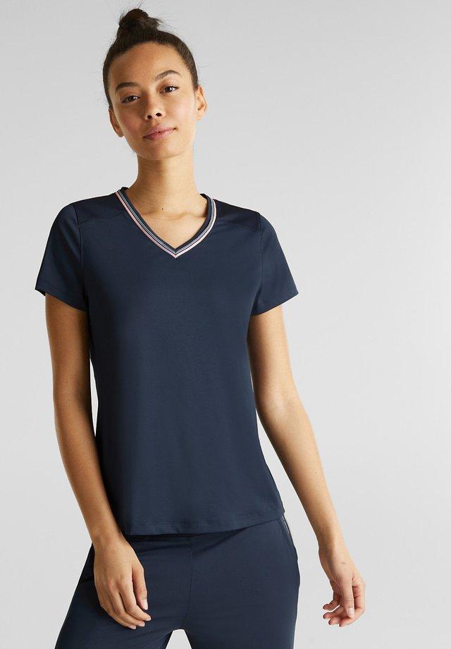 V-NECK-SHIRT MIT LOCHMUSTER, E-DRY - Print T-shirt - navy