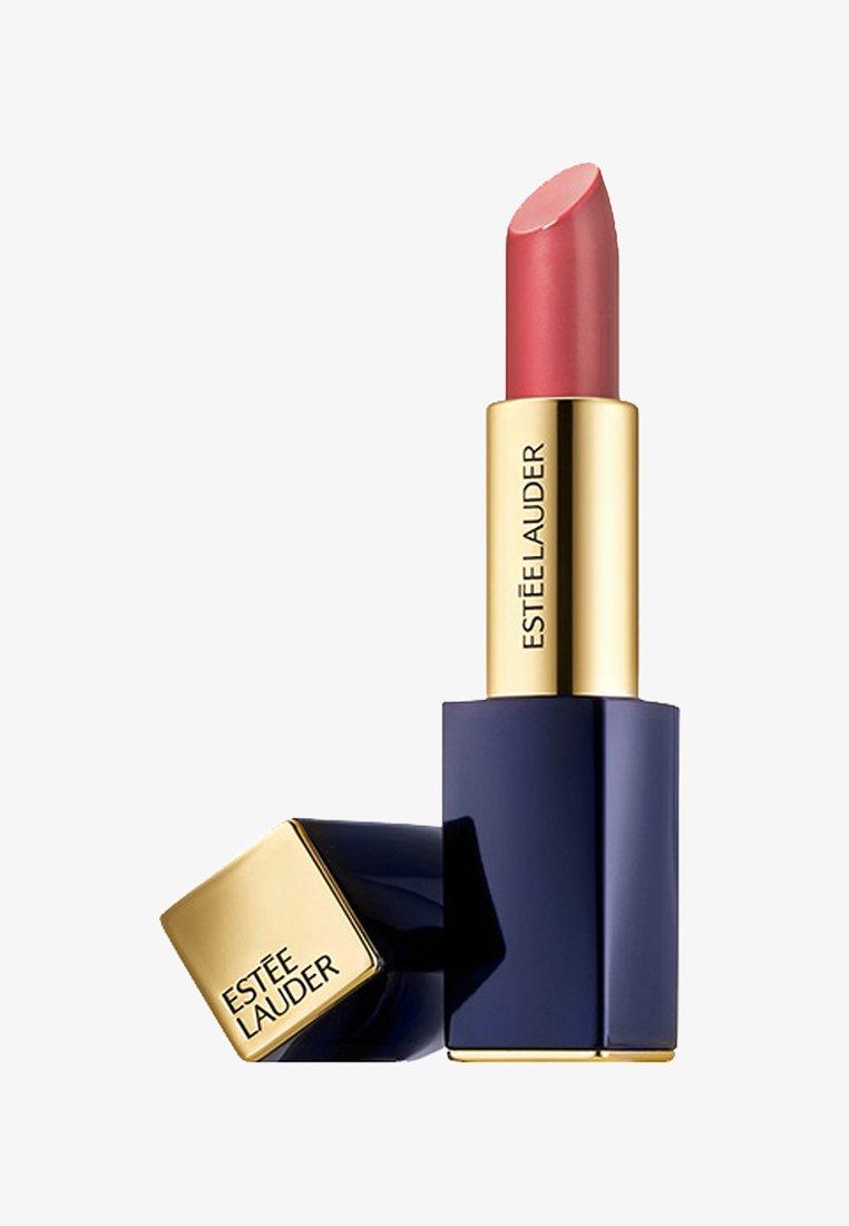 Estée Lauder - PURE COLOR ENVY SHEER MATTE LIPSTICK 3,5G - Lipstick - 110 above it