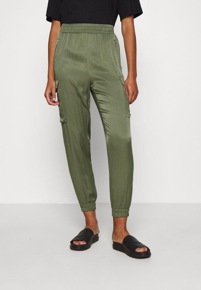 TROUSERS - Pantalon cargo - olive