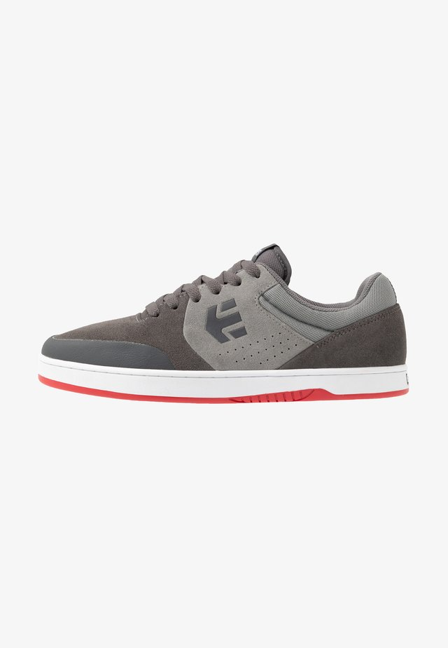 MARANA - Skateskor - grey/dark grey/red