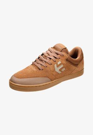 MARANA - Skateschoenen - brown/gum