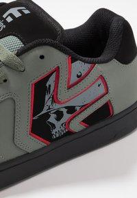 Etnies - METAL MULISHA FADER 2 - Skate shoes - grey/black/red - 5