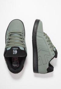 Etnies - METAL MULISHA FADER 2 - Skate shoes - grey/black/red - 1