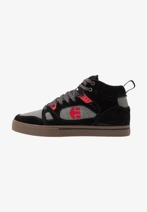 AGRON - Zapatillas skate - black/grey/red