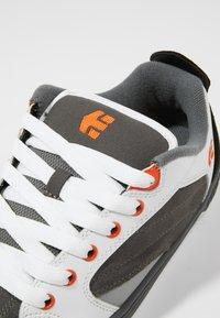 Etnies - CZAR - Skatesko - grey/white/orange - 5