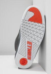 Etnies - CZAR - Skatesko - grey/white/orange - 4