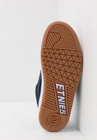 Etnies - SENIX - Obuwie deskorolkowe - navy/white - 4