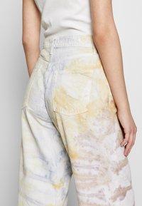 Ética - DEVON CROP - Flared Jeans - botanical - 6