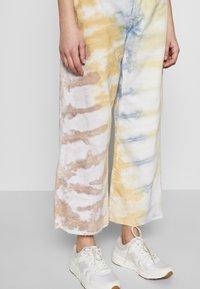 Ética - DEVON CROP - Flared Jeans - botanical - 4