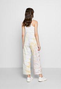 Ética - DEVON CROP - Flared Jeans - botanical - 2