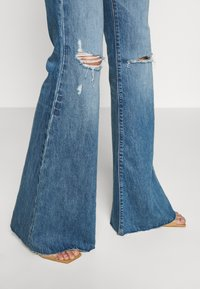 Ética - NINA - Flared Jeans - destroyed denim - 4