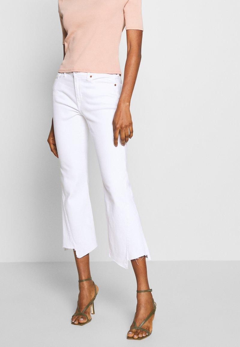 Ética - MICKI - Flared Jeans - white dawn