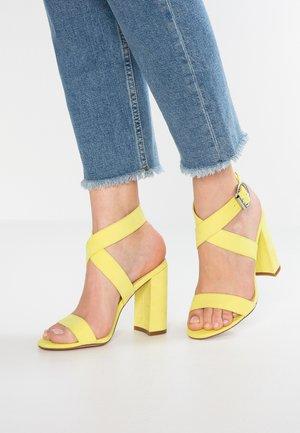 Sandales à talons hauts - yellow