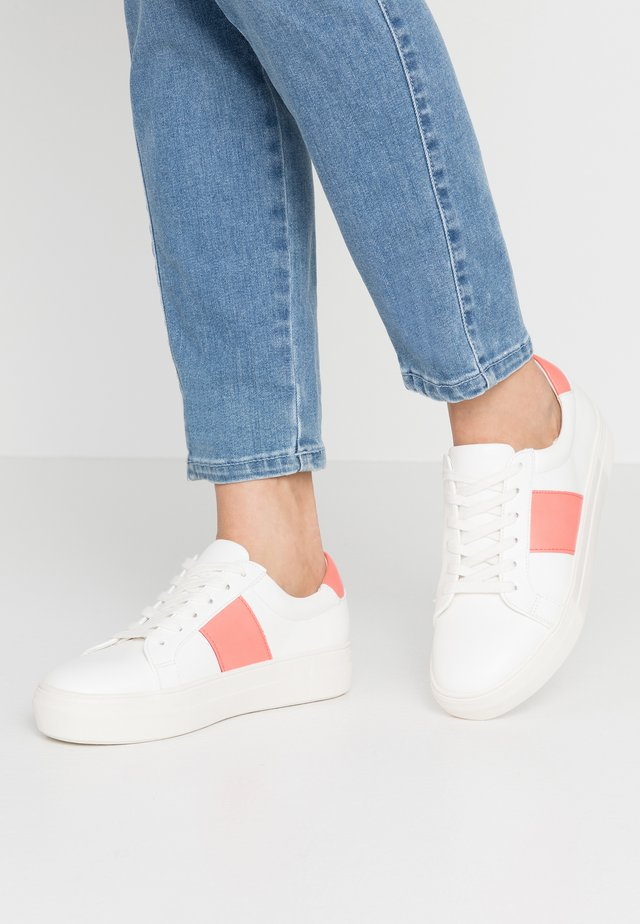 Baskets basses - white/coral