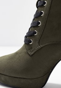 Even&Odd - Kotníková obuv na vysokém podpatku - khaki - 6