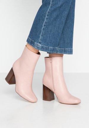 Kotníková obuv na vysokém podpatku - nude