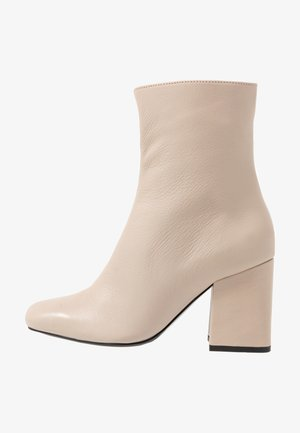 LEATHER BOOTIE - Kotníkové boty - beige