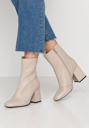 LEATHER BOOTIE - Støvletter - beige
