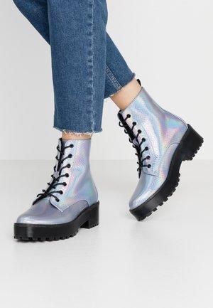 Kotníkové boty na platformě - multicolor