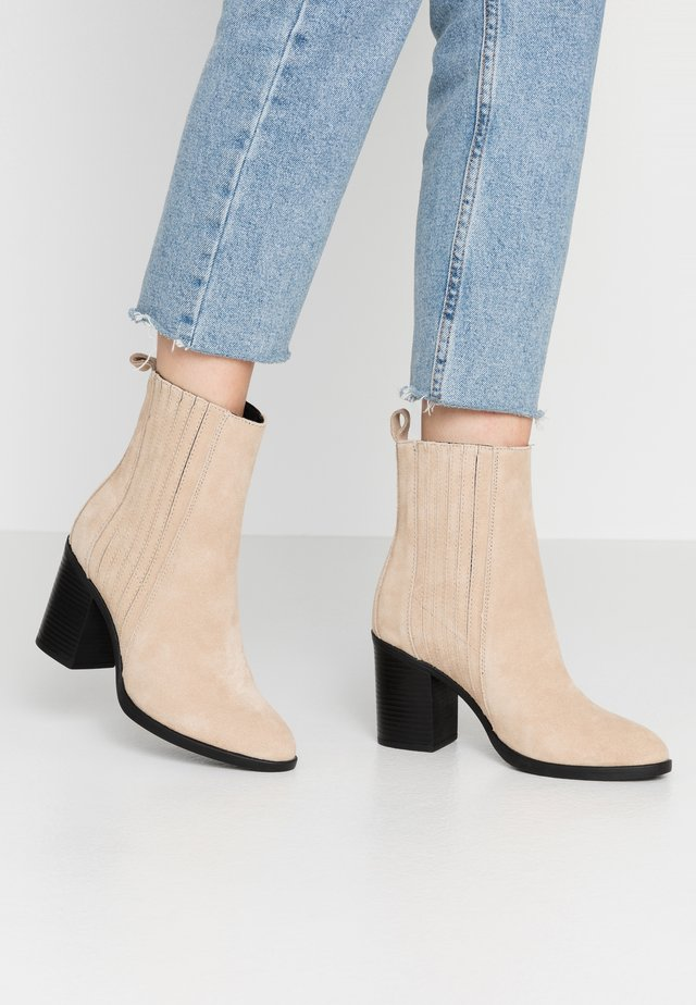 LEATHER CHELSEA BOOTIE - Botki na obcasie - sand