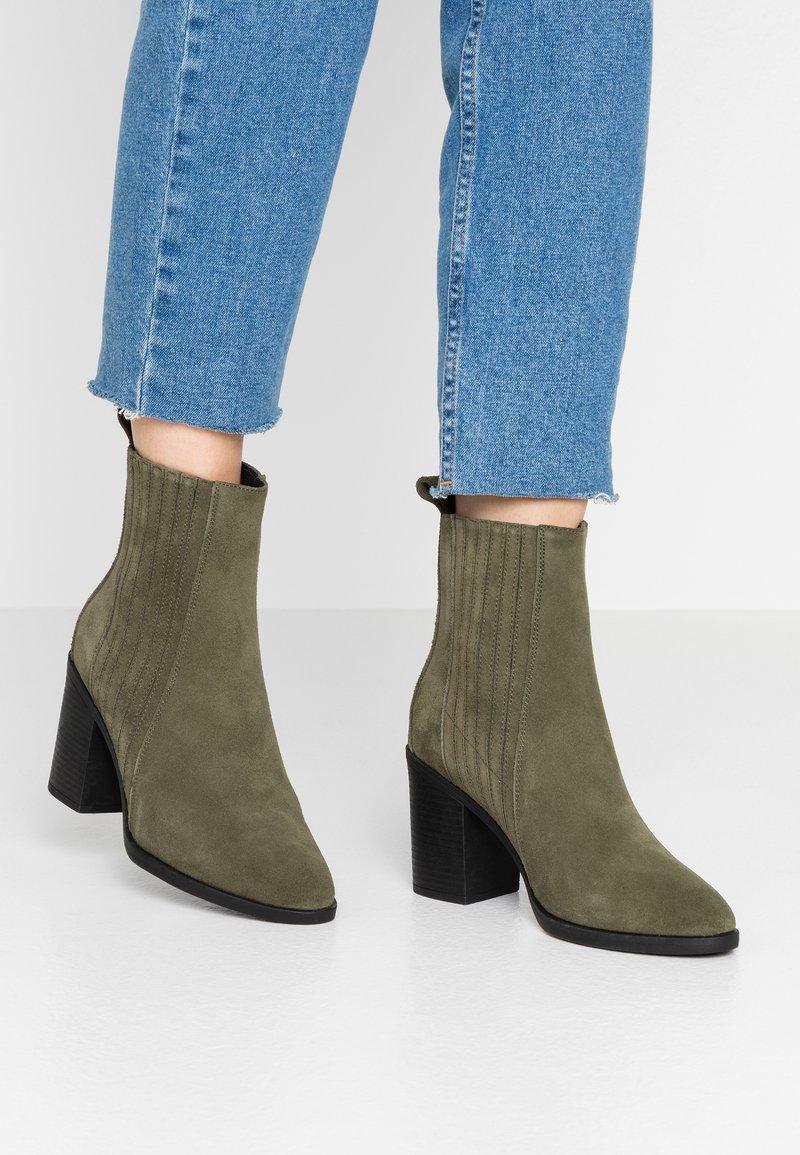 Even&Odd - LEATHER CHELSEA BOOTIE - Kotníková obuv na vysokém podpatku - oliv
