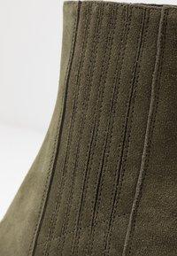 Even&Odd - LEATHER CHELSEA BOOTIE - Kotníková obuv na vysokém podpatku - oliv - 2
