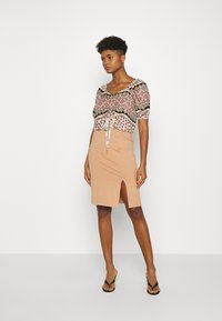 Even&Odd - BASIC - Pencil skirt with slit - Pencil skirt - camel - 1