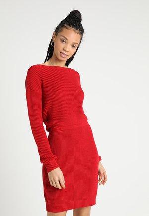 Strikket kjole - red