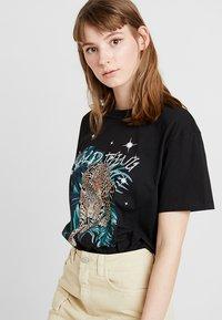 Even&Odd - T-shirt med print - black - 0