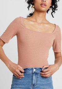 Even&Odd - T-shirt med print - tan - 4