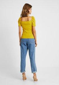 Even&Odd - T-shirt z nadrukiem - mustard - 2