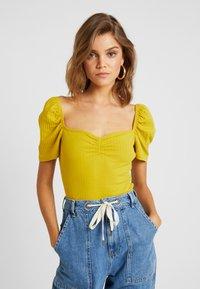 Even&Odd - T-shirt z nadrukiem - mustard - 0
