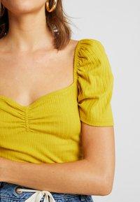 Even&Odd - T-shirt z nadrukiem - mustard - 5