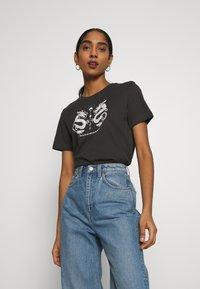 Even&Odd - HATTIE MIRRORED DRAGONS TEE - T-shirt con stampa - 801 - anthracite - 0