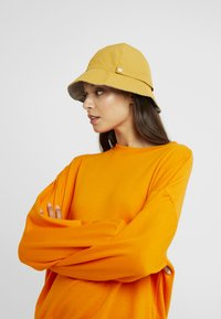 Even&Odd - REVERSIBLE HAT - Bonnet - mustard - 1