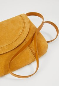 Even&Odd - LEATHER - Sac bandoulière - mustard - 6