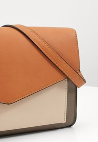 Even&Odd - Across body bag - cognac/taupe - 5