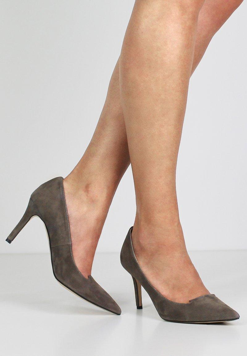 Evita - JESSICA - Classic heels - fango