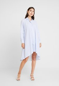 Emily van den Bergh - Košilové šaty - bleu white - 0