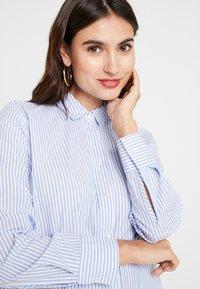 Emily van den Bergh - Košilové šaty - bleu white - 4