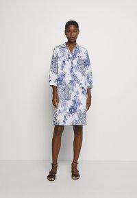 Emily van den Bergh - DRESS - Košilové šaty - white/blue - 1