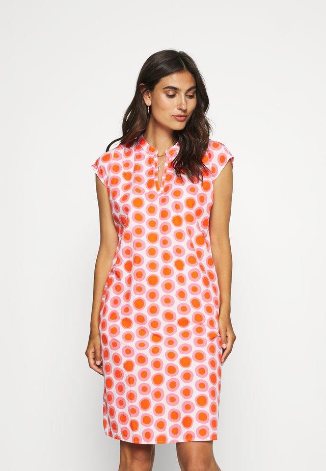 DRESS - Freizeitkleid - white/pink