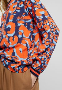 Emily van den Bergh - Pusero - navy/orange - 4