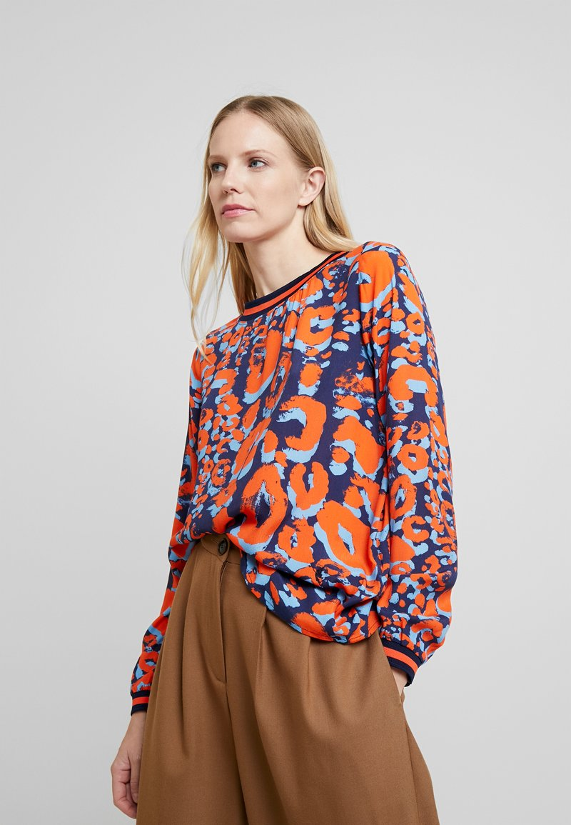 Emily van den Bergh - Pusero - navy/orange